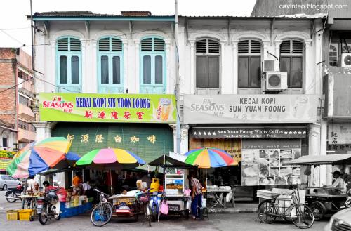 Là thủ phủ của bang Perak, Malaysia, Ipoh chỉ nằm cách Kuala Lumper hơn 2 giờ đi tàu cao tốc. Thành phố có thời tiết dễ chịu quanh năm với mức nhiệt trung bình trong khoảng từ 20 đến 30 độ C và lượng mưa vừa phải. Không mang vẻ náo nhiệt của các điểm du lịch quen thuộc như Kuala Lumpur, Pennang hay Melaka, Ipoh đẹp theo một cách rất riêng với bao lối đi cổ kính hài hoà màu sắc hiện đại, những con hẻm san sát tiệm ăn đủ hương vị độc đáo, tất cả nằm gọn giữa núi đồi trùng điệp, thăm thẳm một màu xanh.