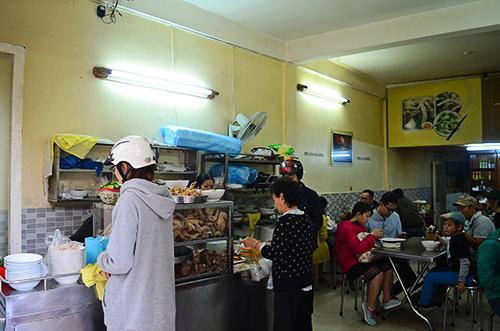 Không gian giản dị của quán bánh ướt lòng gà 3 đời ở Đà Lạt. Ảnh: Phong Vinh