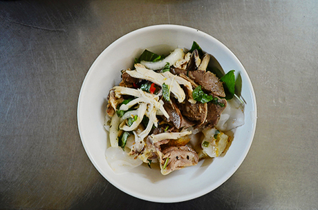 Tô bánh ướt lòng gà ở quán Trang bắt mắt với màu xanh của rau quế, mùi thơm dậy lên từ miếng thịt và lòng gà. Ảnh: Phong Vinh.
