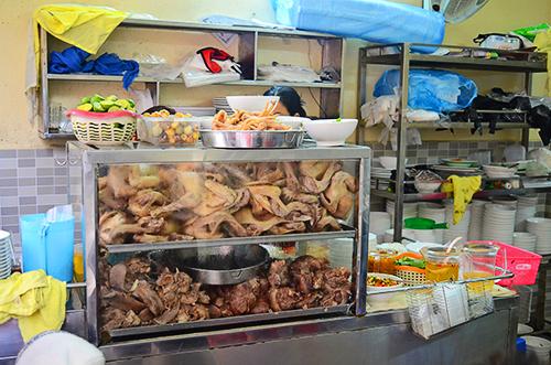 Chiếc tủ kính đầy ắp những con gà và nguyên liệu khiến bất kỳ ai đi ngang đều khó mà cưỡng lại được. Ảnh: Phong Vinh