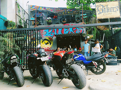Nhiều chiếc phân khối lớn đậu phía trước quán là một trong những điều thu hút thực khách dừng chân. Ảnh: Bikers coffee