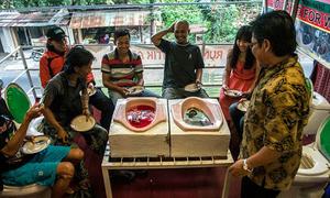 Phong cách ăn uống trong bồn cầu tại Indonesia