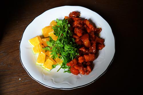 Dĩa thịt heo kho cam sành bắt mắt thực khách với màu sắc sinh động. Ảnh: Phong Vinh