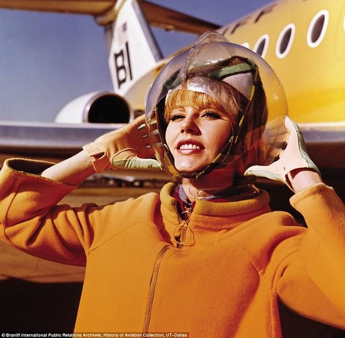 Đồng phục tiếp viên hàng không thay đổi thế nào qua 85 năm