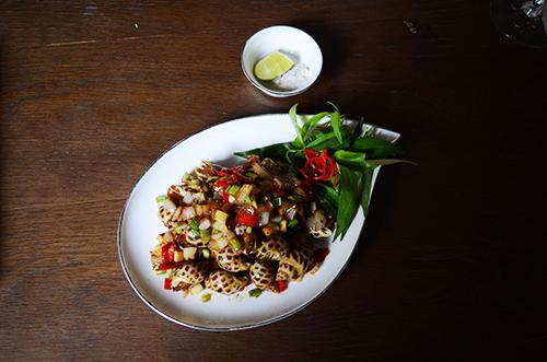 Món ăn hấp dẫn thực khách còn bởi cách bày trí đẹp mắt của người đầu bếp. Ảnh: Phong Vinh