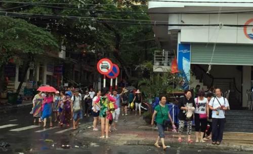 Hơn 300 du khách kẹt tại Cát Bà do bão