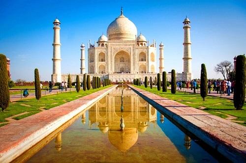 Theo lối vào khu vườn Mughal, du khách có thể thấy bóng của tòa lâu đài lộng lẫy phản chiếu trên mặt hồ phía trước tạo nên hình ảnh đối xứng tuyệt mỹ. Ảnh: Beautiful Global