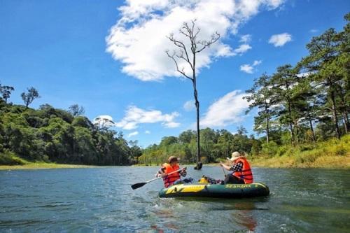 Hồ Tuyền Lâm (Lâm Đồng) Hồ Tuyền Lâm được tạo thành từ dòng suối Tía. Diện tích của hồ khoảng hơn 360ha, nằm trọn vẹn trong lòng thung lũng, bao quanh bởi những đồi thông xanh thẫm. Ngắm hồ khi trời trong xanh bình lặng, cảm nhận vẻ đẹp tĩnh lặng hoang sơ đến kỳ lạ của núi rừng. Gần nơi đây là Thiền Viện Trúc Lâm, một trong những thiền viện lớn nhất Việt Nam.