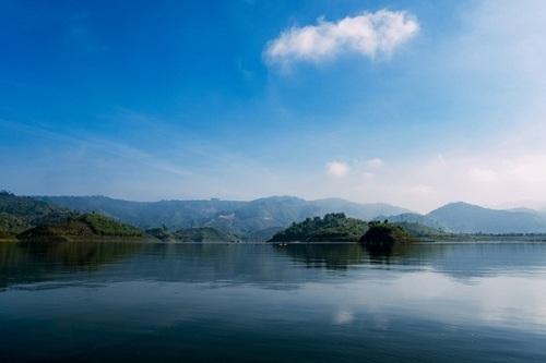 Hồ Tà Đùng (Đak Nông) Hồ Tà Đùng vốn là một vùng thung lũng bên núi Tà Đùng, thuộc xã Đắk Som, huyện Đắk Glong. Giữa các dãy núi phủ đầy cây cối, một mặt nước xanh trong hiện lên với những cồn, đồi nhỏ. Ven hồ và ở các đảo nhỏ có những điểm cắm trại cho du khách ưa khám phá. Ảnh: Trung Võ.