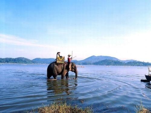 Hồ Lắk (Đak Lak) Hồ Lắk nằm bên thị trấn Liên Sơn huyện Lắk, cạnh tuyến đường giao thông giữa Buôn Ma Thuột và Đà Lạt, cách TP. Buôn Ma Thuột khoảng 56 km về phía Nam theo quốc lộ 27. Để khám phá vẻ đẹp tự nhiên của hồ Lắk, có hai lựa chọn: đi thuyền độc mộc hoặc ngồi trên mình voi. Hành trình dạo chơi hồ Lắk trên lưng voi thường kéo dài 30 phút, khách cũng có thể đàm phán trước nếu muốn có thêm thời gian khám phá vẻ đẹp huyền bí của hồ.