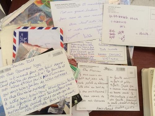 Những lá thư du khách nhiều nơi gửi lại ông Ngộ.