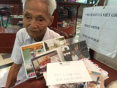 Du khách gửi tặng ông Ngộ những tấm hình chụp chung vì sự mến mộ nhân cách của ông.
