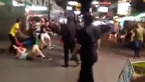 Hai du khách bị đấm và đá một cách tàn nhẫn bên ngoài quán bar ở Bangkok. Ảnh: Youtube.