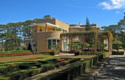[Caption]Dinh II - Đà Lạt Dinh được xây dựng từ năm 1933 đến năm 1937, có diện tích tự nhiên rộng khoảng 26ha, trong đó khu dinh thự 10ha và khu vực cảnh quan quy hoạch 16ha, nằm trên đỉnh đồi cao, quanh năm bát ngát thông xanh và xen giữa những thảm cỏ. Đây là là một tòa lâu đài tráng lệ gồm 25 phòng được bài trí cực kỳ sang trọng. Hiện nay, dinh II được sử dụng làm nhà khách của Văn phòng UBND tỉnh Lâm Đồng, có cho khách đặt lưu trú với giá từ 500.000-700.000 đồng một phòng. Ảnh: mytour.