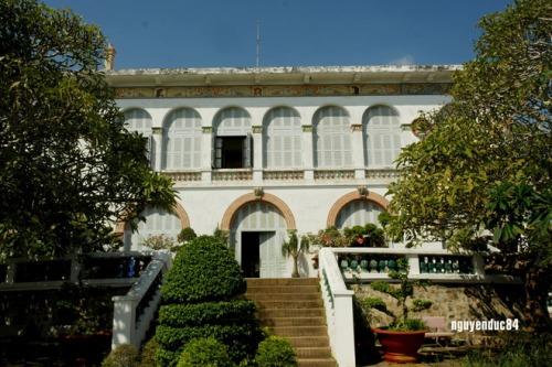 Bạch Dinh - Vũng Tàu Bạch Dinh nằm ở đường Trần Phú, phía nam núi Lớn, có kiến trúc châu Âu cuối thế kỷ 19, nhìn ra Bãi Trước, xung quanh là một khu rừng nhỏ với nhiều loại cây, đặc biệt là cây sứ. Năm 1934, Bạch Dinh được nhượng lại để làm nơi nghỉ mát cho Hoàng đế Bảo Đại và Hoàng hậu Nam Phương. Hiện nay, Bạch Dinh được dùng làm nhà bảo tàng, trưng bày các chuyên đề như: đồ gốm thời Khang Hy vớt được từ xác tàu cổ đắm tại khu vực Hòn Cau - Côn Đảo, súng thần công cùng nhiều hiện vật có giá trị khác được tìm thấy qua các đợt khai quật khảo cổ ở Bà Rịa - Vũng Tàu& Giá vé tham quan Bạch Dinh là 5000 đồng. Ảnh: Vietlandmarks.