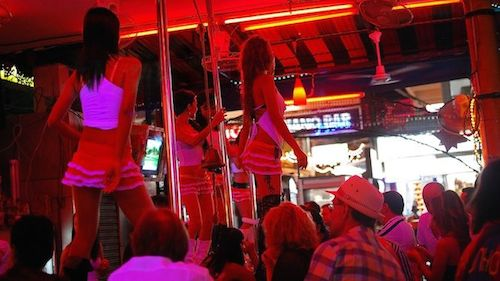 Cuộc sống về đêm sôi động với màn múa cột trong các quán bar. Ảnh: Nomadicmatt.