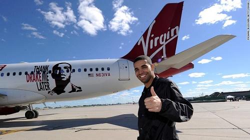 Năm 2010, ngôi sao R&B người Canada Drake, chụp hình cùng chiếc máy bay được đặt theo tên của anh (Air Drake). Đây cũng là chuyến bay quốc tế đầu tiên của Virgin America tới Toronto. Ảnh: CNN.