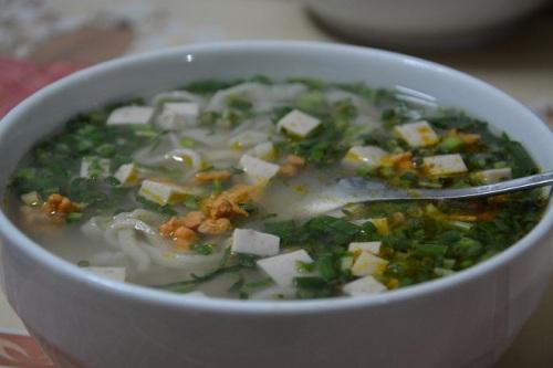 Bánh canh được bán ăn sáng ở các đường lớn nhỏ ở Hà Tĩnh, giá 20.000-25.000 đồng một tô. Ảnh: Má Lúm.