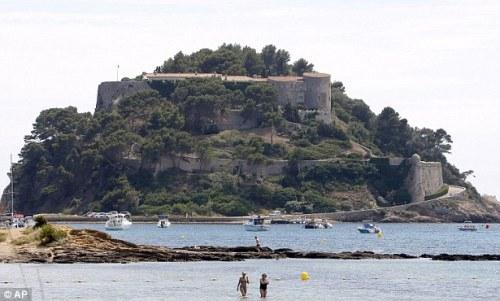 Ngoài Hollande, hòn đảo còn là địa điểm nghỉ ngơi của nhiều đời tổng thống Pháp khác trong giai đoạn 1968 - 2013.