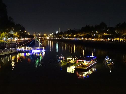 Trải nghiệm du thuyền buổi tối để cảm nhận cuộc sống yên bình, khác xa với sự ồn ào trên bờ. Ảnh: Sai Gon Boat.