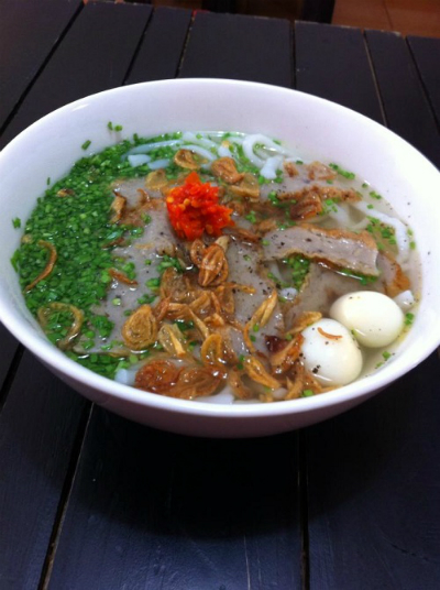 Tô bánh canh hẹ có trứng cút và ớt cay nồng đặc trưng Phú Yên. Ảnh: Bánh Bèo Quơ.