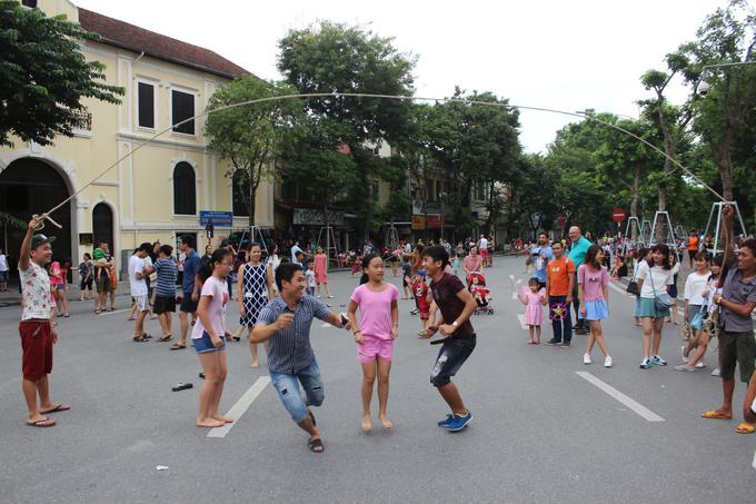 Các trò chơi dân gian trên phố đi bộ Hà Nội