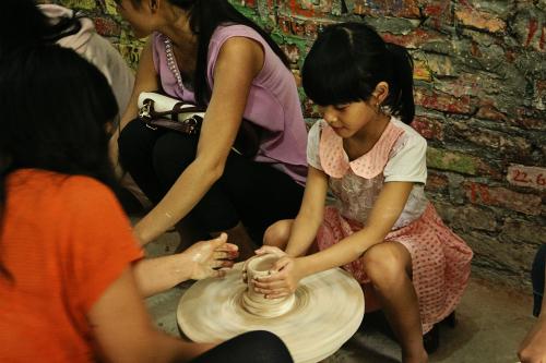 Khách đến liên hoan du lịch làng nghề sẽ được trải nghiệm làm gốm, làm nón, nặn tò he... Ảnh: Phong Vinh