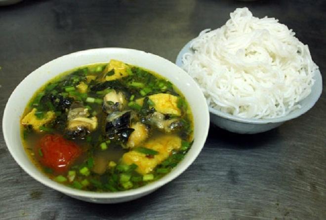 Những quán ăn chật chội vẫn đắt khách ở chợ Đồng Xuân