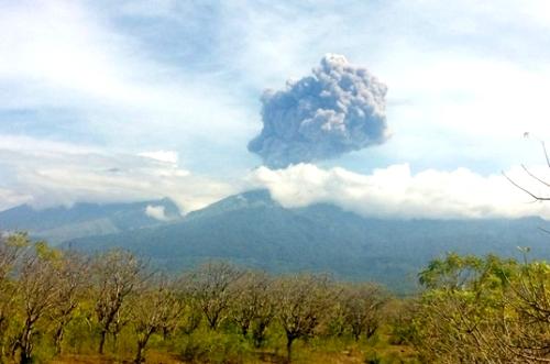 Hàng trăm du khách mất tích vì núi lửa phun trào ở Indonesia
