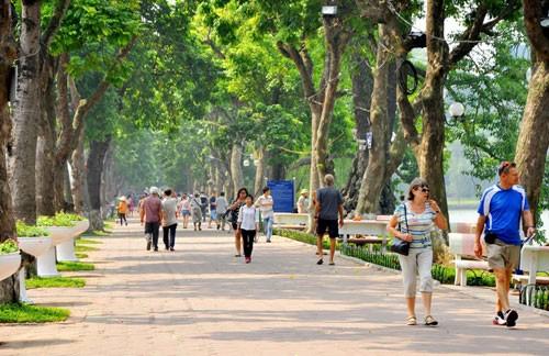 Khách du lịch đi dạo quanh hồ Gươm, Hà Nội. Ảnh: Lazi.