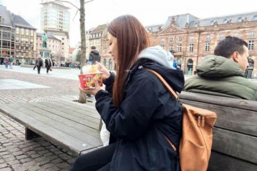 Người Trung Quốc thường mang mì tôm khi đi du lịch
