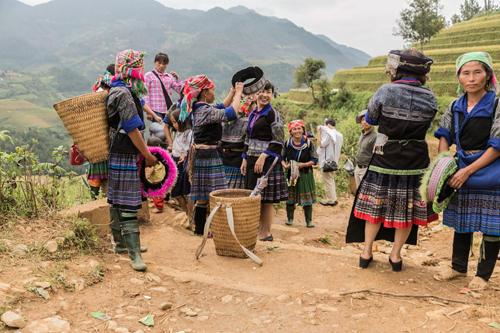 Đến ruộng mâm xôi, người dân bản địa rất nhiệt tình chào mời khách thuê trang phục, hóa trang thành các cô gái dân tộc để chụp ảnh.
