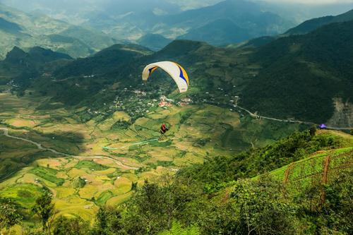 Xuất phát từ đèo Khau Phạ, dù lượn sẽ dần hạ cánh xuống thung lũng bên dưới và có xe đưa đón du khách trở lại điểm tập kết. Ảnh: Tuấn Trần.
