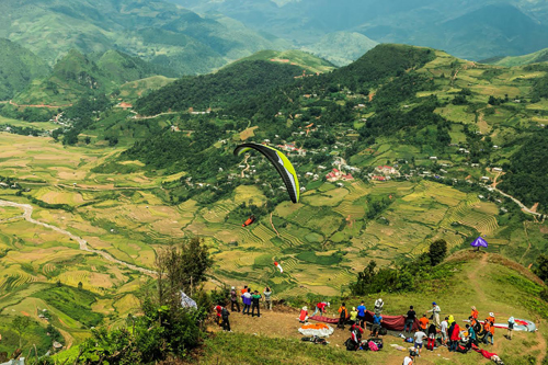 Từ đèo Khau Phạ, bạn có thể trải nghiệm bay dù lượn, chiêm ngưỡng vẻ đẹp của các bản Lìm Thái, Lìm Mông bên dưới từ góc nhìn trên trời cao.