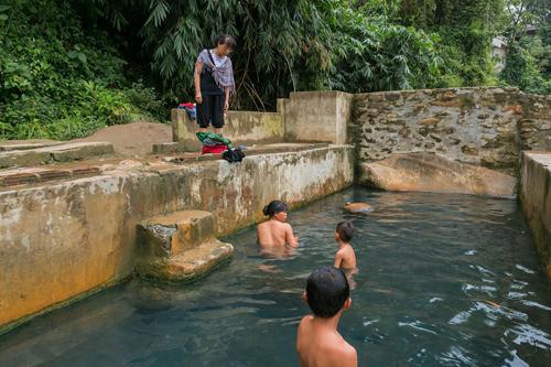 Du khách có thể thoải mái trò chuyện cùng các cô gái bản địa đang tắm tiên dưới bể nước khoáng nóng. Ảnh: Tuấn Trần.
