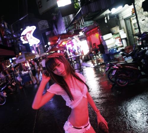 Thái Lan. Nghề mại dâm luôn tồn tại ở Thái Lan nhưng chỉ thực sự bùng nổ sau Thế chiến thứ hai với sự xuất hiện của quân đội phương Tây và phát triển mạnh mẽ nhất trong thời điểm chiến tranh Việt Nam. Khi đó, quân đội Mỹ cần nơi để giải tỏa áp lực từ chiến tranh và Thái Lan trở thành vùng đất thiên đường cho loại hình này.   Các chuyên gia ước tính số người theo nghề mại dâm tại đây đạt con số kỷ lục 2,8 triệu người. Mặc dù mại dâm là nghề bị cấm nhưng các hoạt động thoả mãn tình dục luôn diễn ra tràn lan dưới sự bảo hộ của những người cầm quyền. Đó là lý do tại sao các quán bar, vũ trường hay những màn trình diễn thoát y thi nhau mọc lên ở những phố đèn đỏ của Pattaya hay Bangkok, hấp dẫn hàng triệu du khách đến với Thái Lan. Ảnh: Reuters.