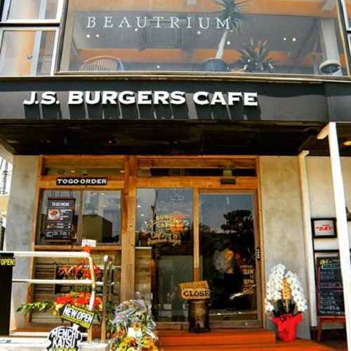 Nhà hàng J.S. Burgers tại Shinjuku, Tokyo, Nhật Bản đang bán những loại bánh mì kẹp đại diện cho 2 ứng cử viên đảng Dân chủ - Hillary Clinton và đối thủ đảng Cộng hòa của bà, Donald Trump. Các khách hàng sau khi dùng bữa xong sẽ bình chọn cho loại bánh mà họ thích nhất.