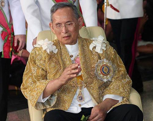 Thái Lan đóng cửa phố đèn đỏ sau khi vua mất