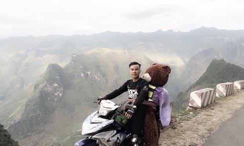 Chàng trai chở gấu bông đi ngắm tam giác mạch