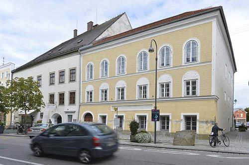 Áo phá tòa nhà nơi Hitler sinh ra để ngăn khách đến thăm - ảnh 1