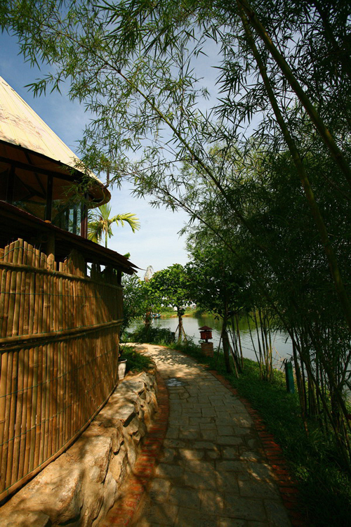 Quán cà phê nón Huế bên sông Hương