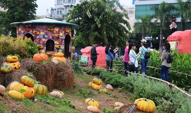Vườn bí ngô hút khách dịp Halloween ở Sài Gòn