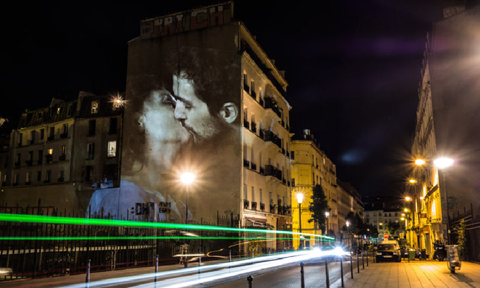 Đường phố Paris tràn ngập những nụ hôn say đắm
