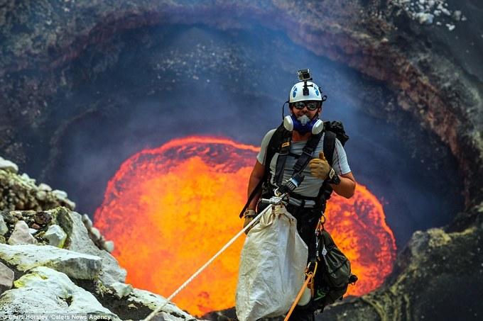 Du khách liều mình ngủ gần miệng núi lửa