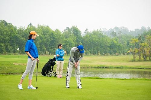 Trải nghiệm sân golf độc đáo. Liên hệ 098 600 9393 - 04730 96669 để nhận những ưu đãi sở hữu Kỳ nghỉ trong mơ tại Flamingo Đại Lải Resort.