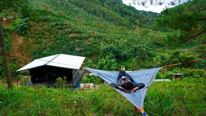 Du khách trồng cây, cắt cỏ để ở homestay miễn phí tại Đà Lạt