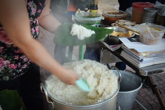 Quán xôi cay vỉa hè mỗi ngày hết 40 kg nếp ở Sài Gòn