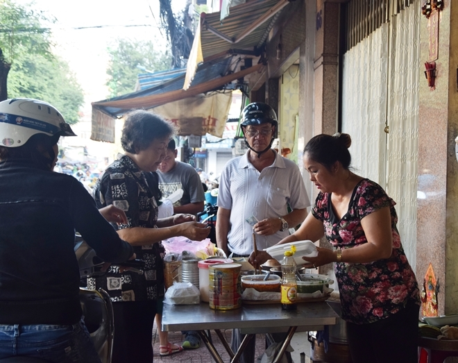 Quán xôi cay vỉa hè mỗi ngày hết 40 kg gạo ở Sài Gòn