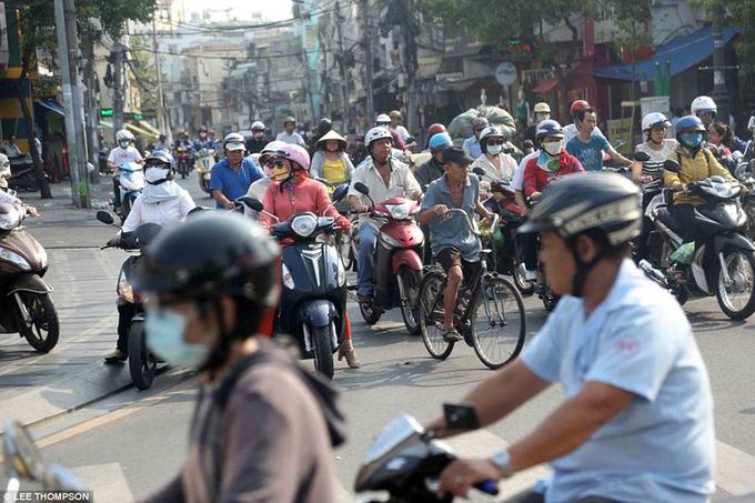 Khách Tây nói người Việt vất vả khi tham gia giao thông