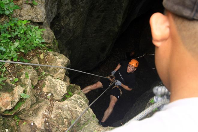 Khách Tây thích thú leo núi mạo hiểm ở Ngũ Hành Sơn